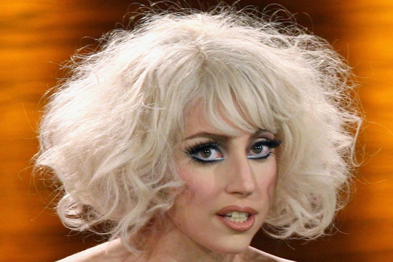 È l'estrosa Lady Gaga. La cantante si è fatta tatuare solo la parte sinistra del corpo lasciando libera la destra, per una promessa fatta al padre