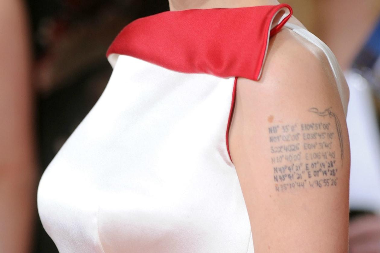 Queste righe sul braccio, fatte di numeri e lettere, sono le coordinate geografiche dei luoghi dove sono nati i suoi figli