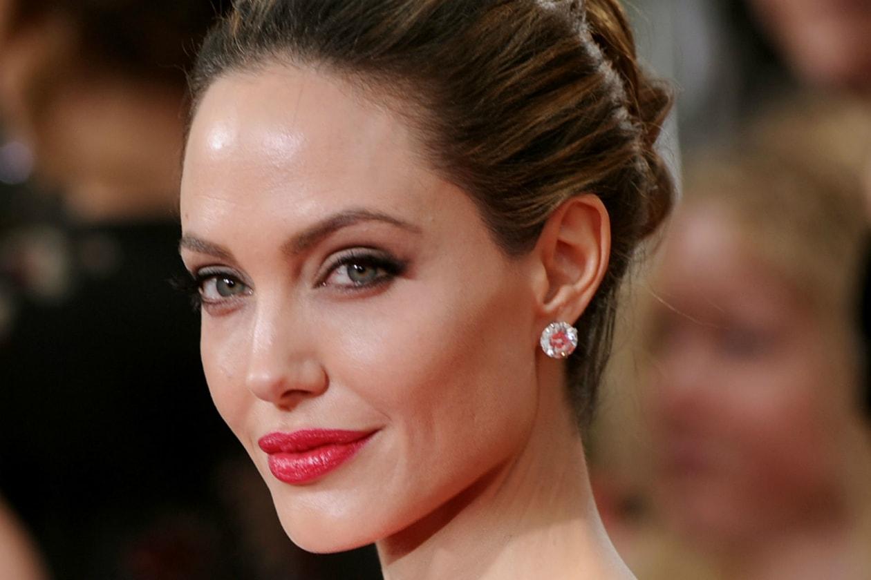 È ovviamente la bellissima Angelina Jolie, di tatuaggi lei ne ha tanti ma questi due sono quelli a cui è più legata