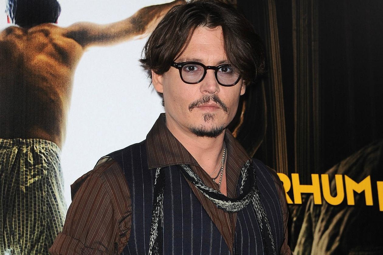 Si tratta di Johnny Depp. Il vecchio pirata ha molti tatuaggi, tra cui uno risalente al periodo in cui stava con Winona Ryder con scritto Winona Forever, poi corretto in Wino Forever