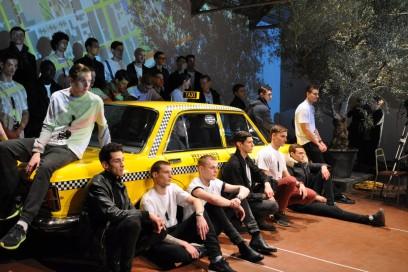 Durante le prove del finale: al centro, un taxi newyorchese