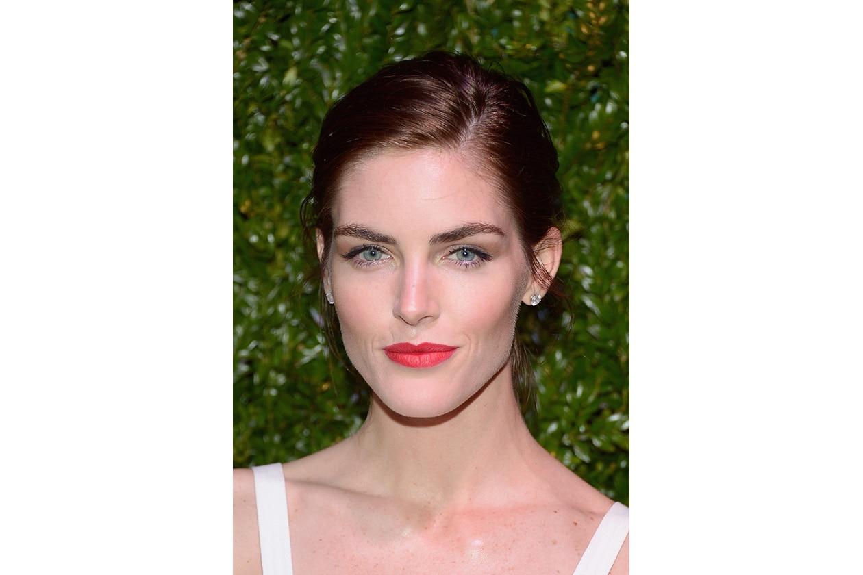 Hilary Rhoda beauty look: bocca in risalto con il rossetto