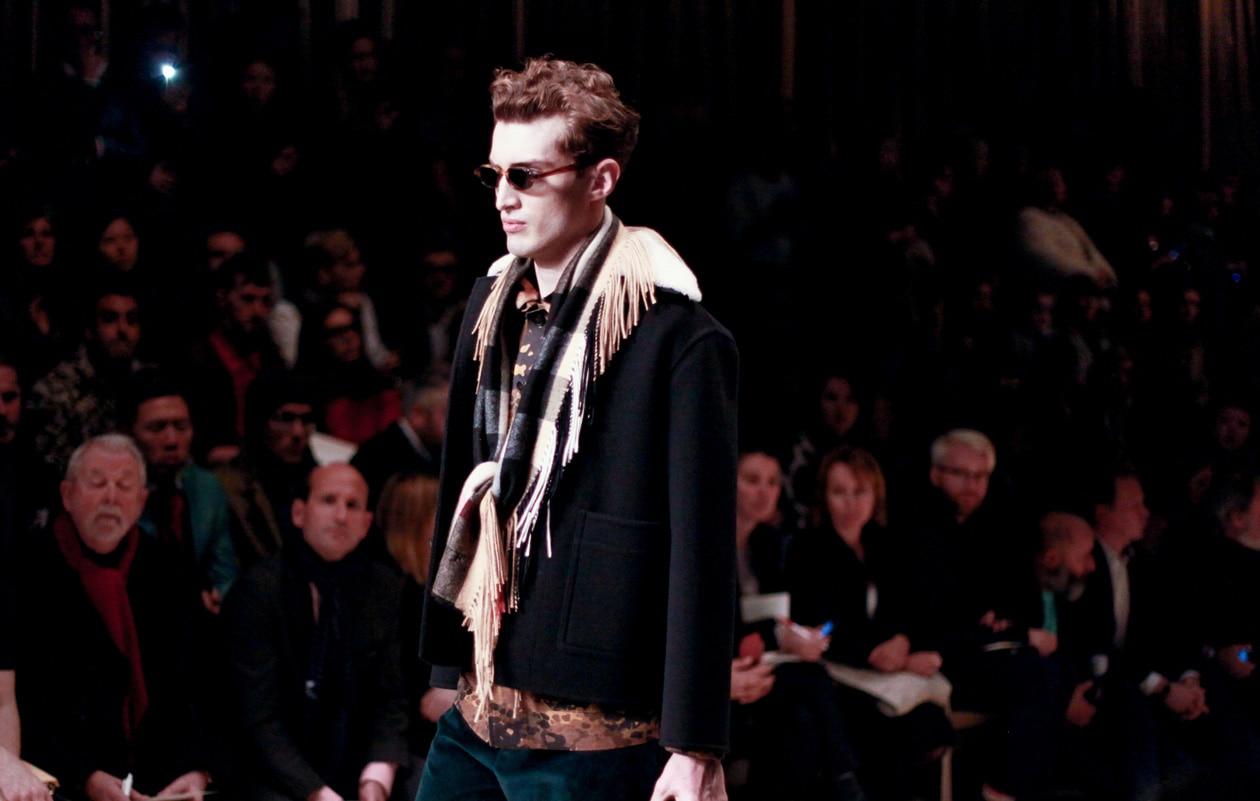 La classica sciarpa Burberry si arricchisce di frange