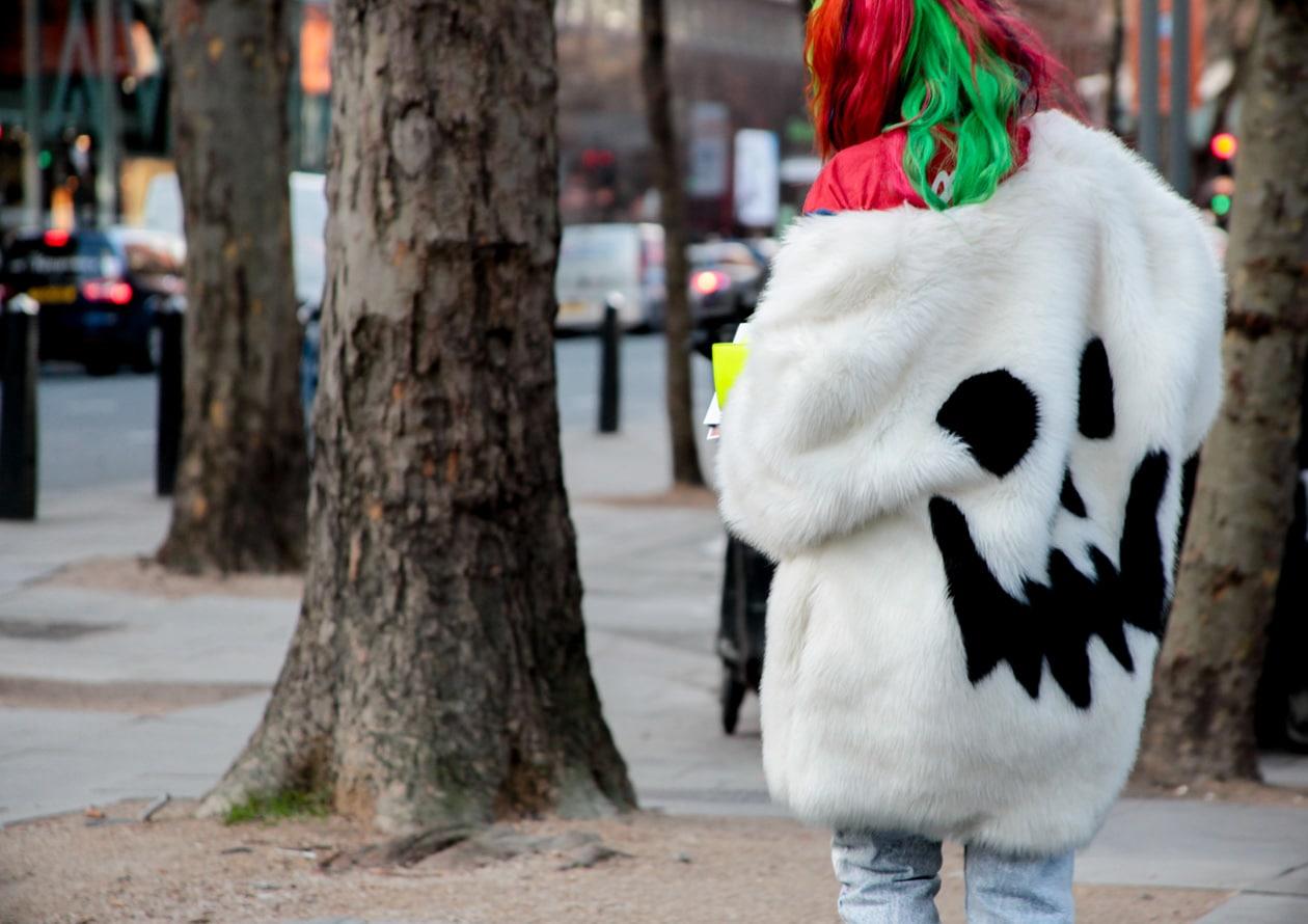 Tante pellicce finte o vere in passerella e nelle strade