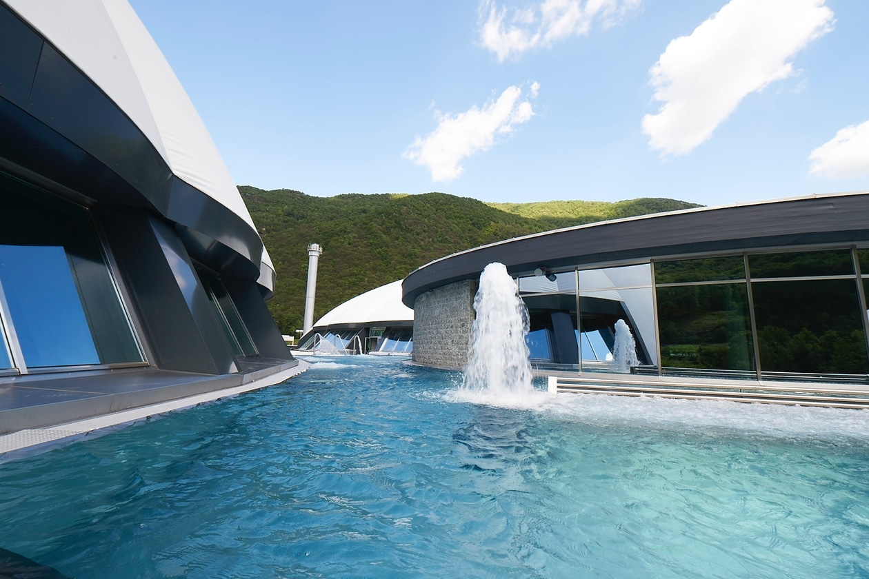 Trattamenti benessere: le piscine esterne di Splash&SPA Tamaro