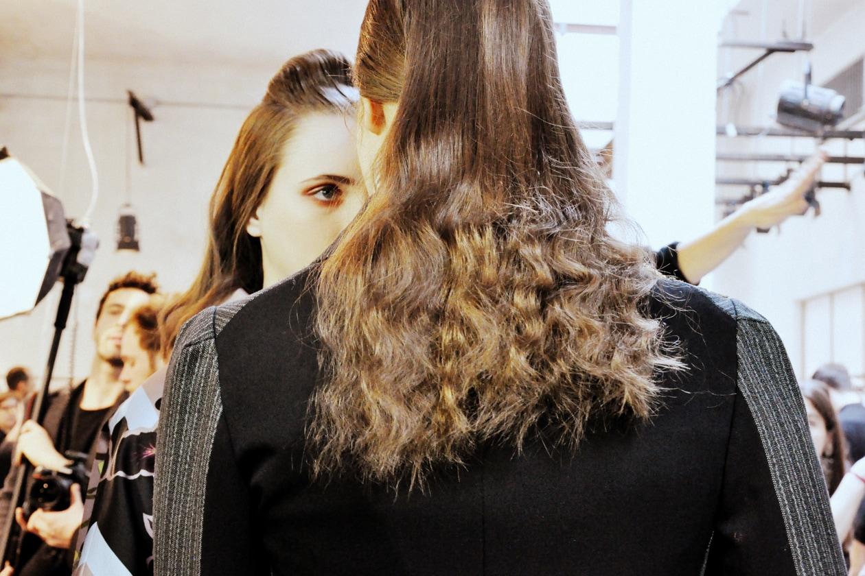 Backstage sfilata Antonio Marras: capelli mossi sulle lunghezze