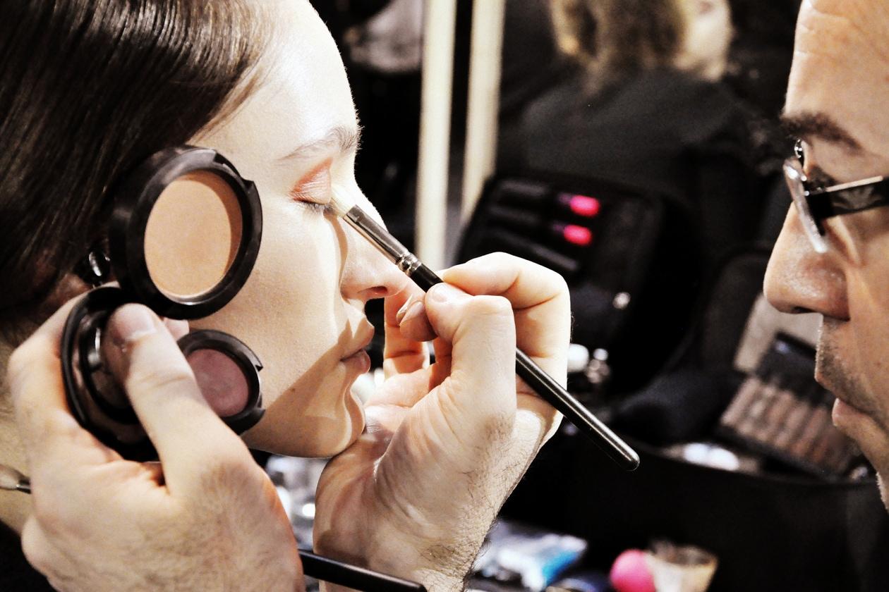 Backstage sfilata Antonio Marras: i colori per le palpebre