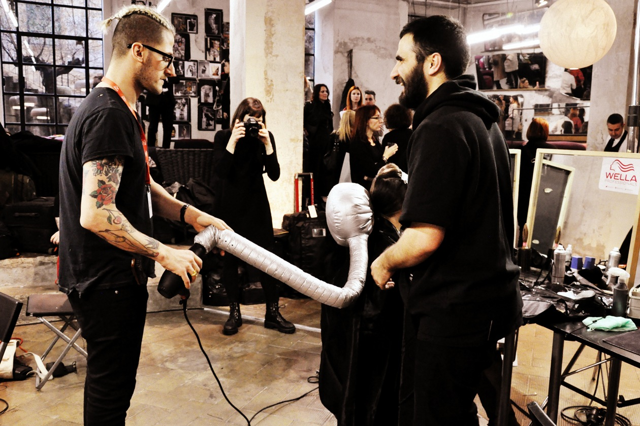 Backstage sfilata Antonio Marras: l'asciugacapelli