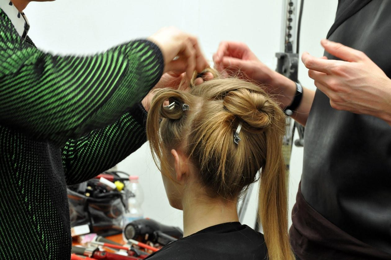 Backstage sfilata Moschino: capelli raccolti