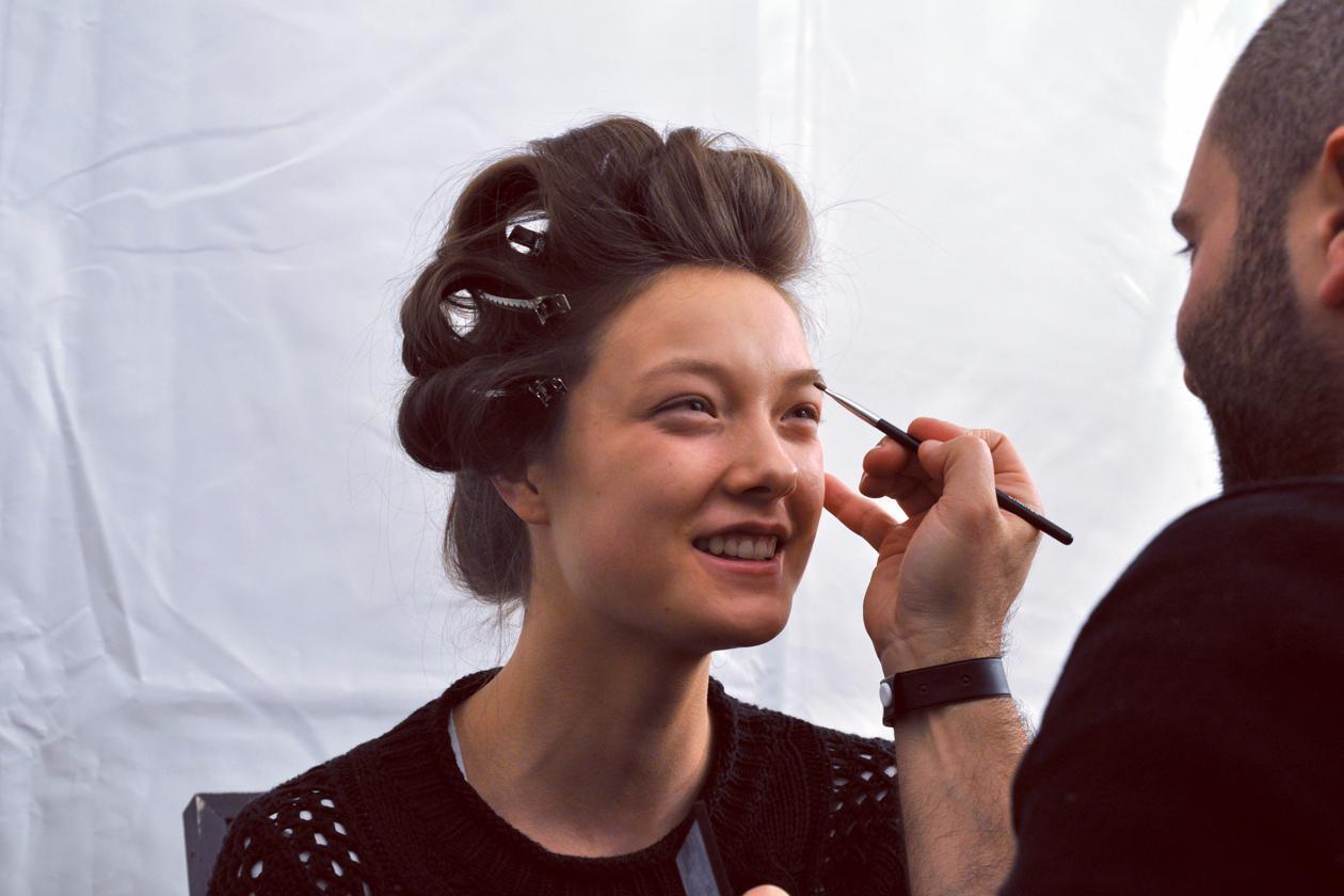 Backstage sfilata Moschino: focus sulle sopracciglia