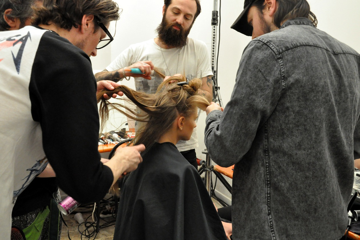 Backstage sfilata Moschino: gli hair stylist nel backstage