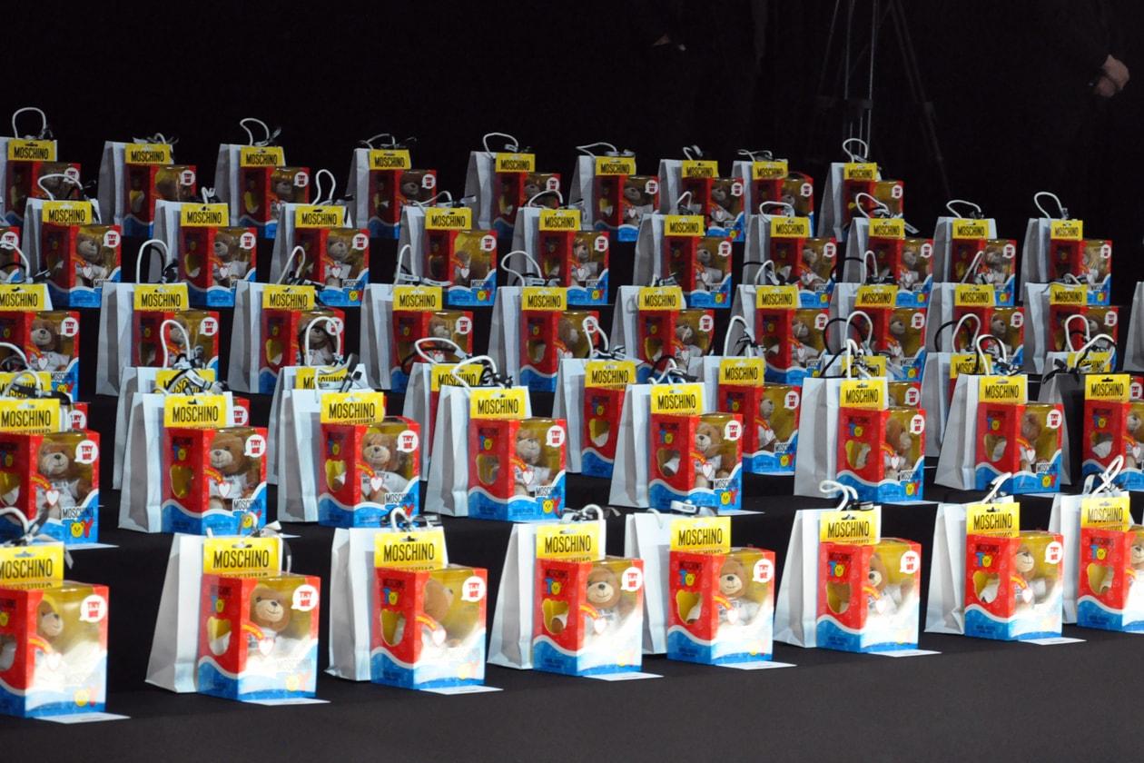 Backstage sfilata Moschino: i gadget