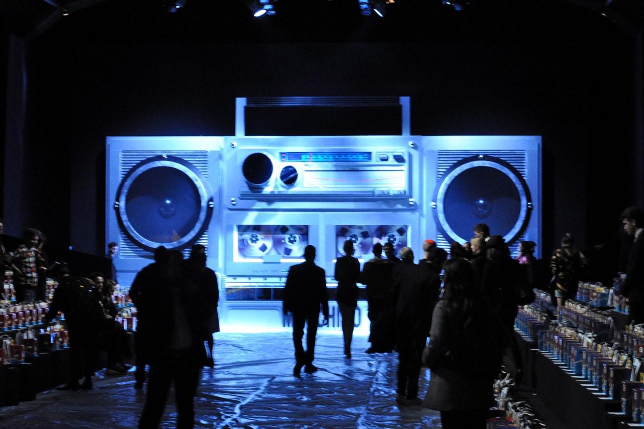 Backstage sfilata Moschino: il maxi stereo