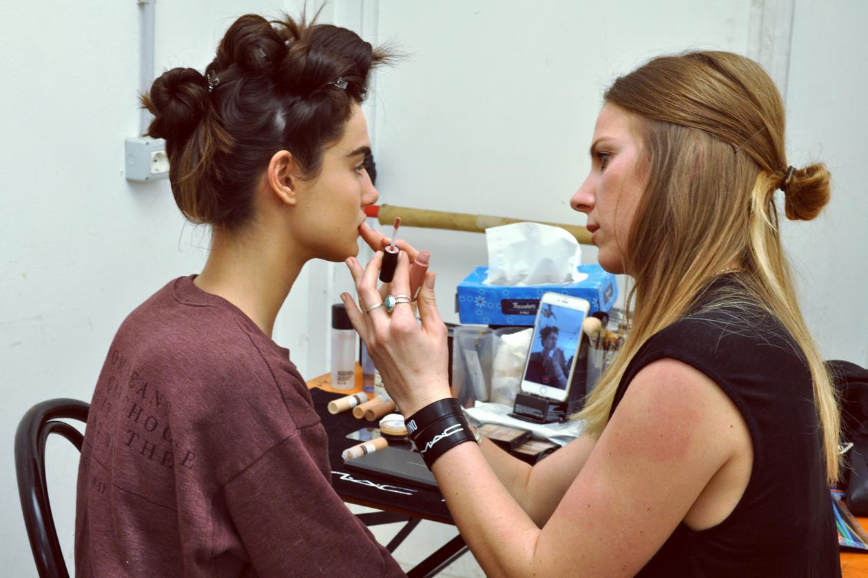 Backstage sfilata Moschino: il trucco labbra