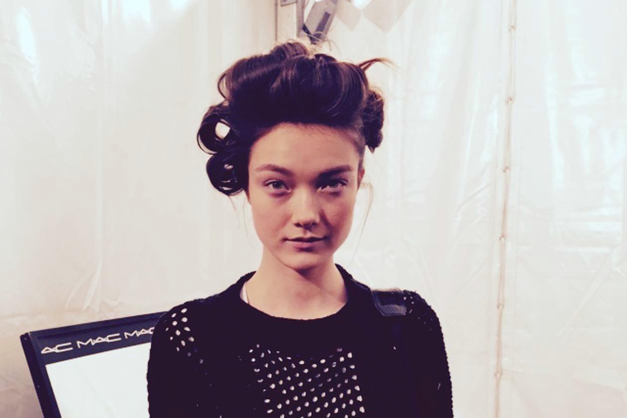 Backstage sfilata Moschino: la modella Yumi Lambert