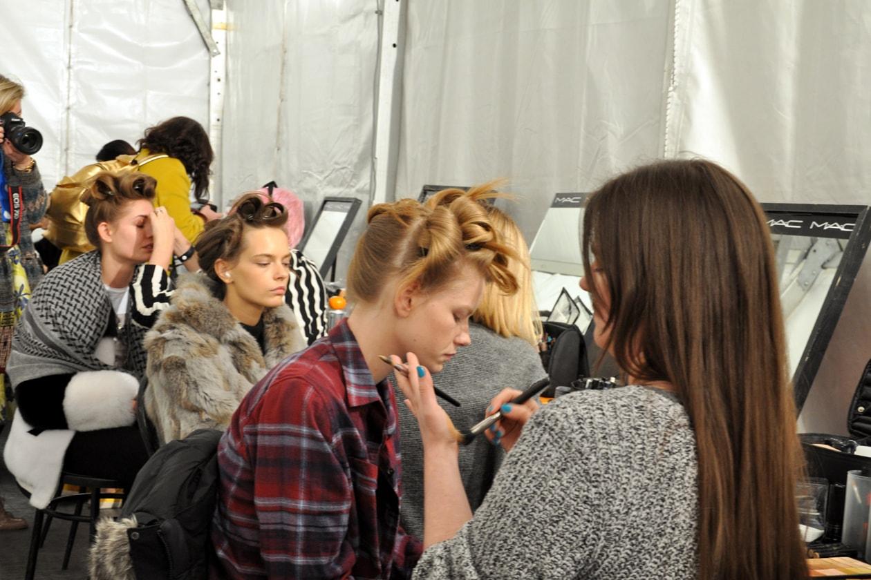 Backstage sfilata Moschino: modelle al trucco