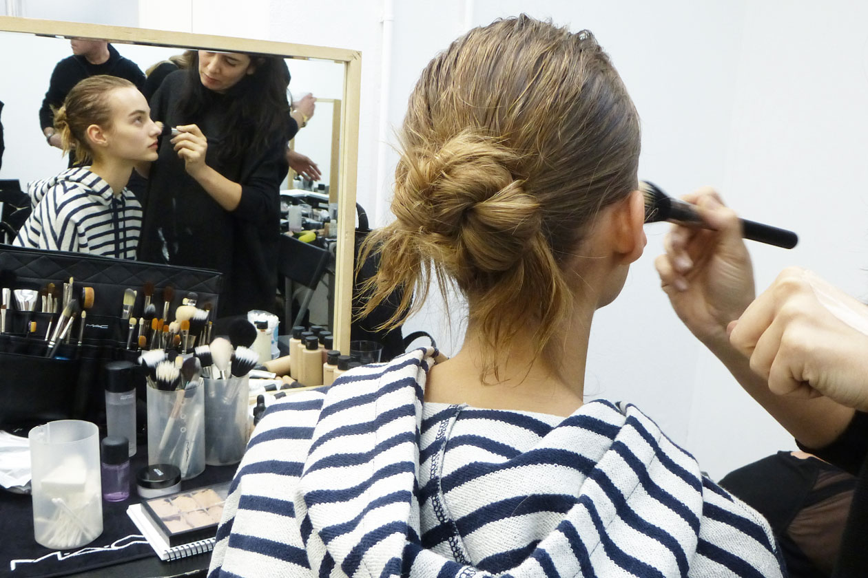 Backstage sfilata N°21: Uno chignon volutamente imperfetto