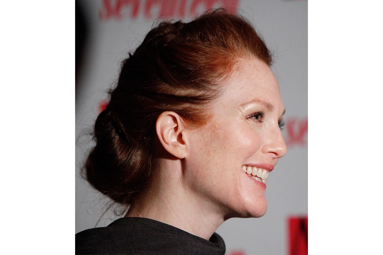 CLASSY CHIGNON: un raccolto classico è l'hairdo preferito da Julianne Moore (2009)