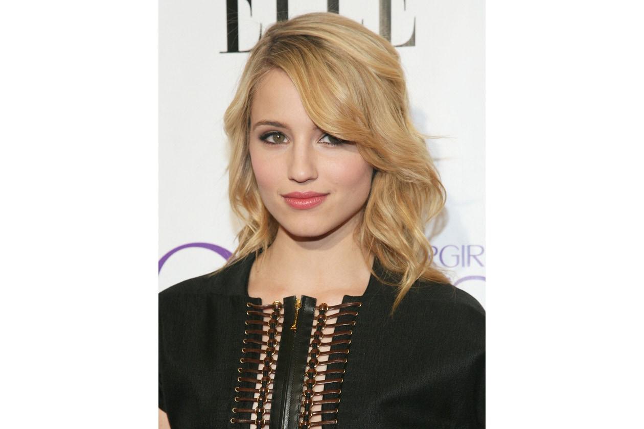 Dianna Agron capelli: effetto mosso con ciuffo laterale