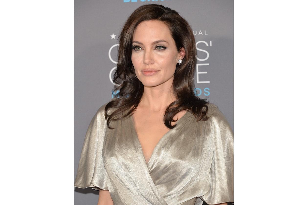 I capelli lunghi e mossi delle star: Angelina Jolie