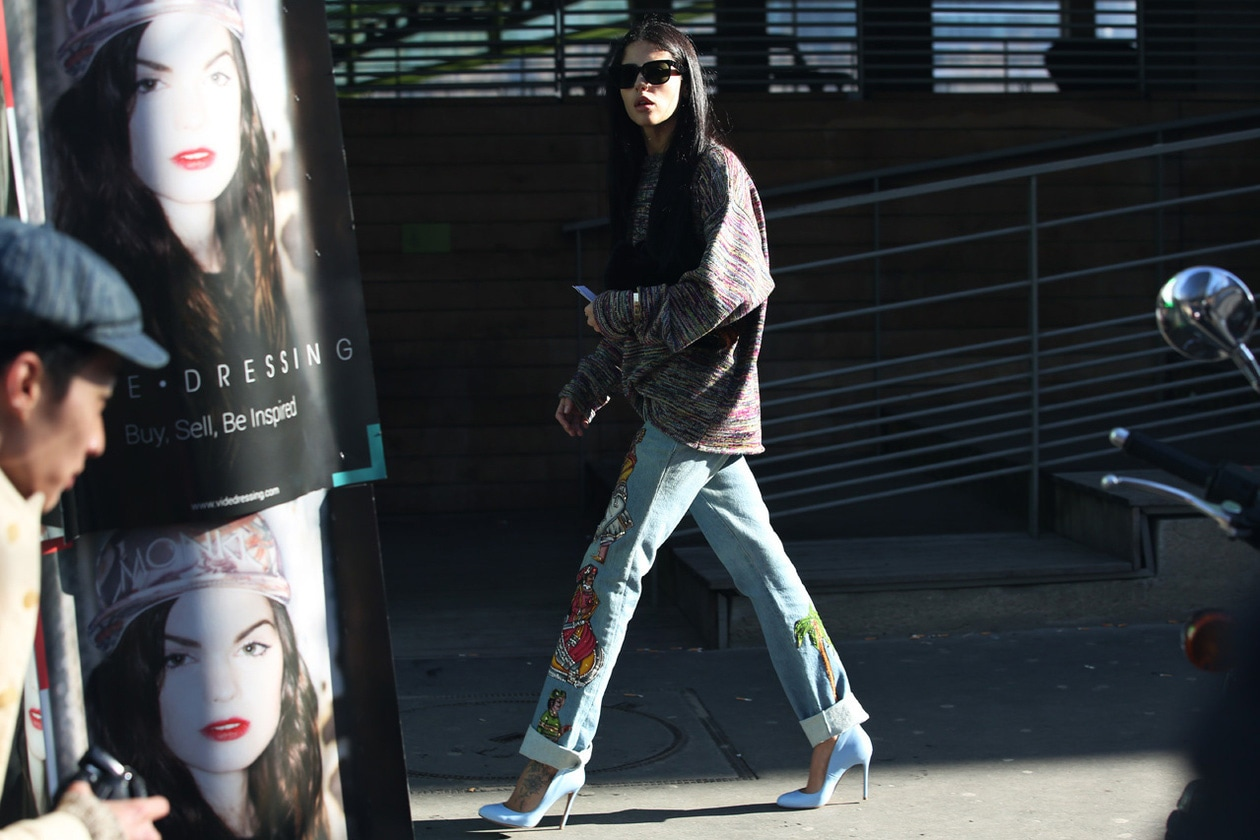 Jeans con disegni e pumps bianche hg temp2 l full l hg temp2 l full l