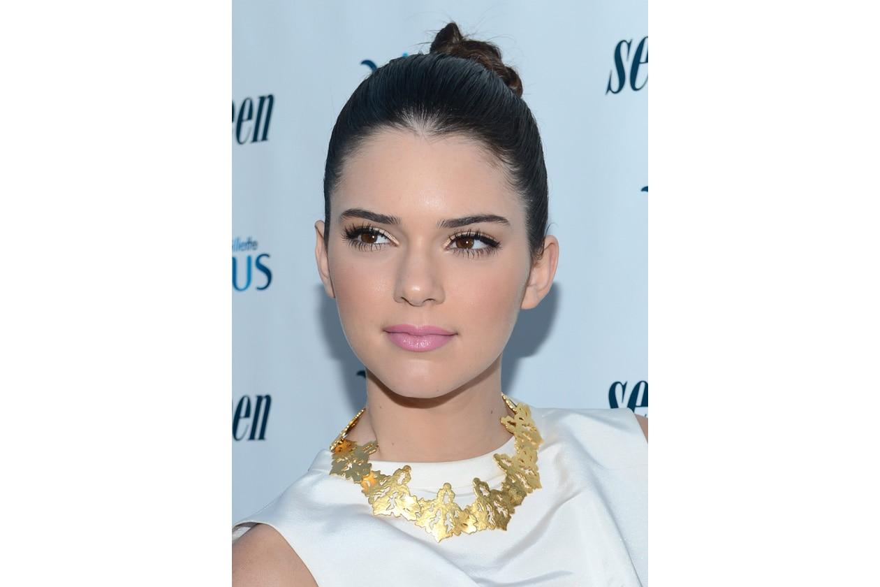 LABBRA COLORATE: rosso fuoco, rosa beige o rosa pinky: la scala di nuance che sboccia sulle labbra di Kendall è davvero varia