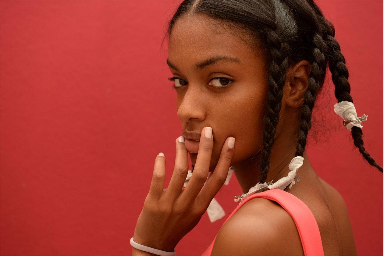 Manicure rosa per la modella di Stella Jean