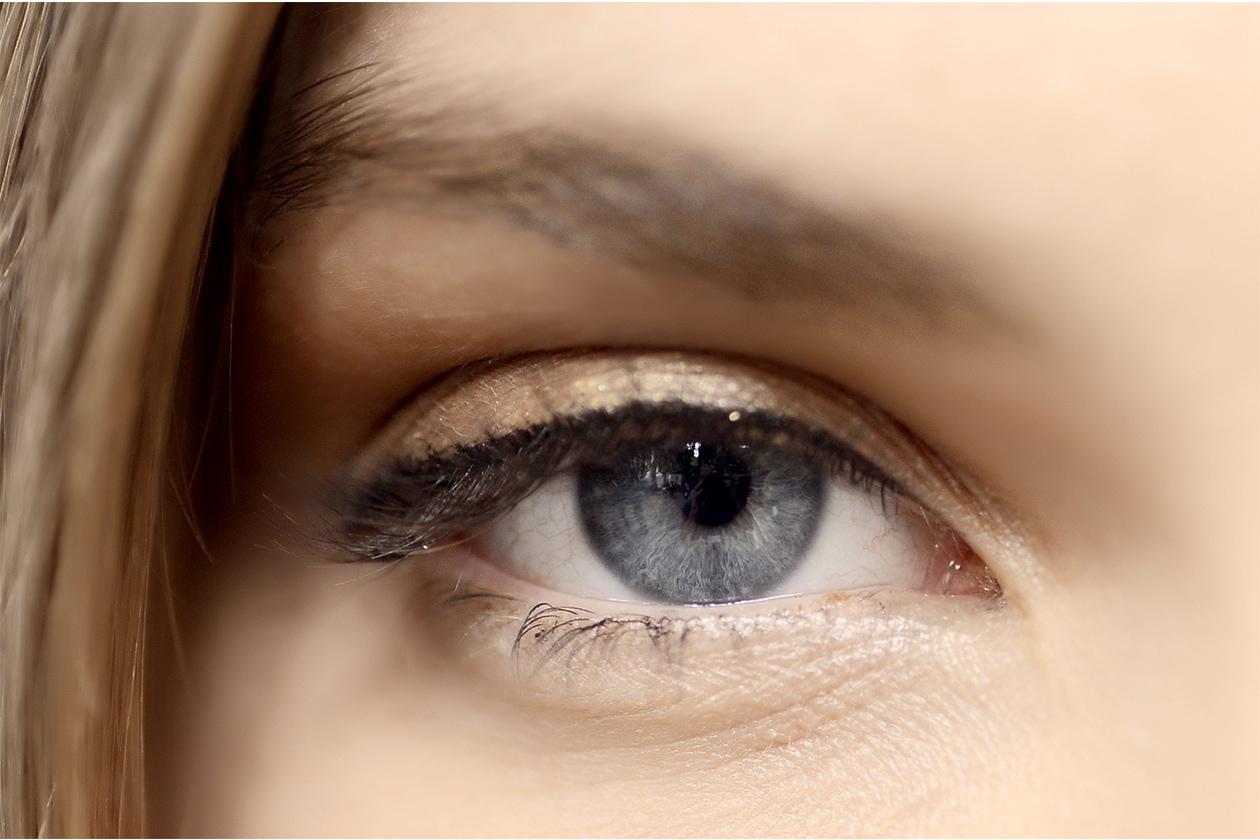 Matita occhi bianca e color burro: Alberta Ferretti P/E 2015