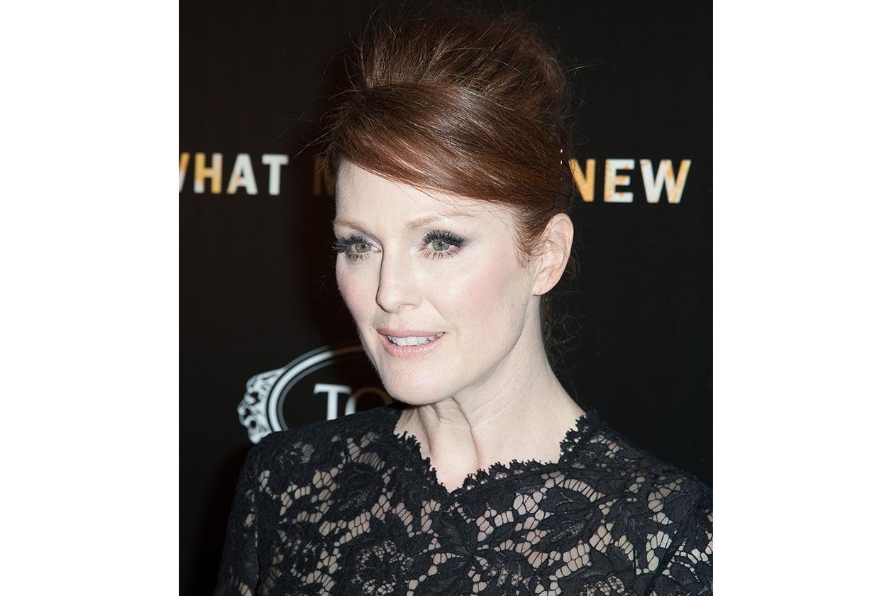Sul red carpet l'attrice statunitense sfoggia un raccolto alto (2013)