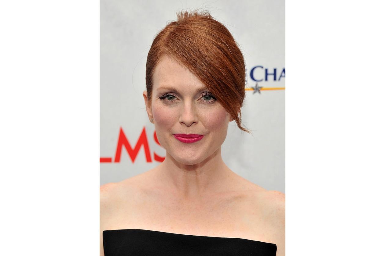 Tocco trendy con la frangia laterale che copre una parte del volto (2012)