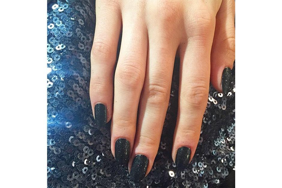Trend unghie AI 15-16 dalla LFW: dark glitters