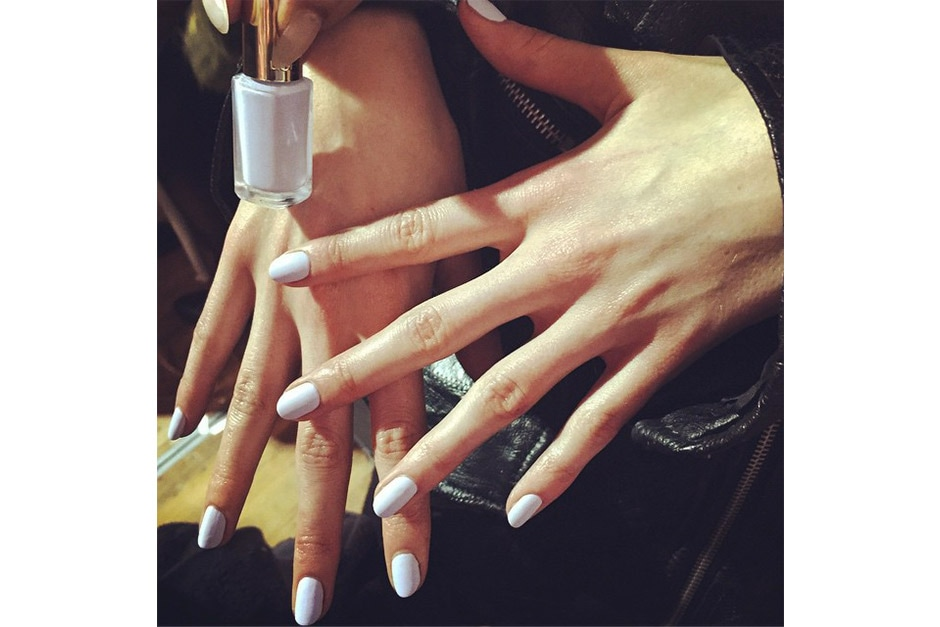 Trend unghie AI 15-16 dalla LFW: lilac nails