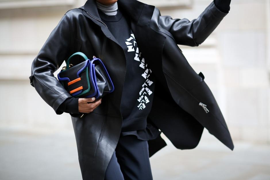 ACCESSORI COOL DALLO STREET STYLE: borsa a mano con inserti colorati