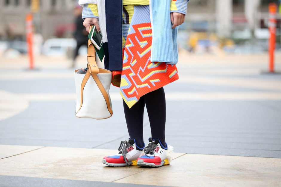 ACCESSORI COOL DALLO STREET STYLE: bucket bag e sneakers con inserti colorati
