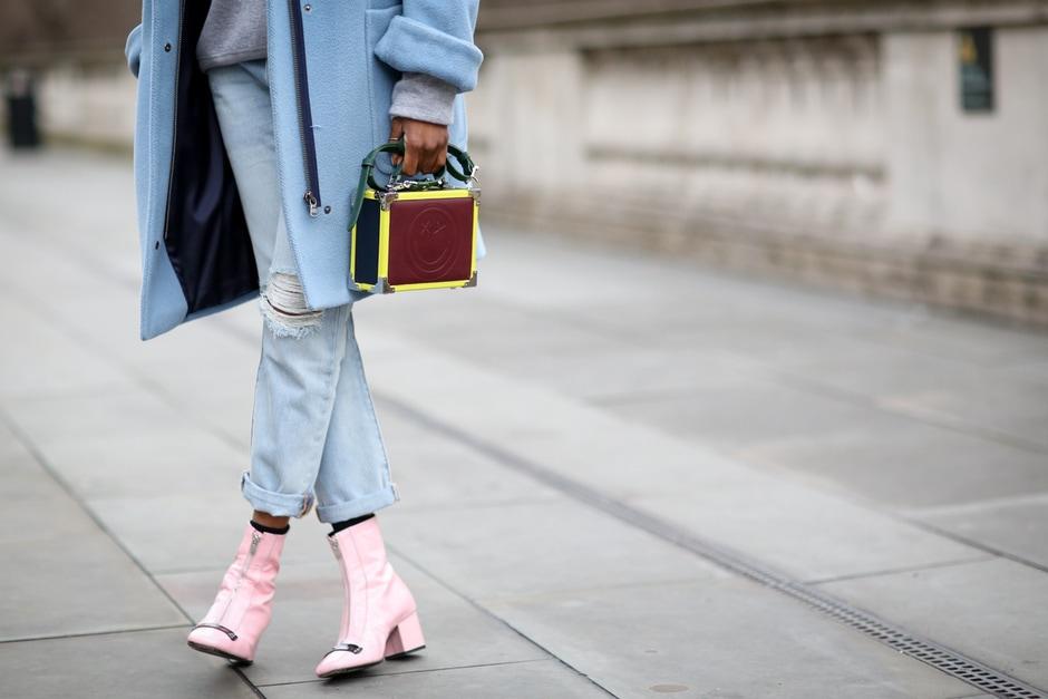 ACCESSORI COOL DALLO STREET STYLE: gli stivaletti rosa