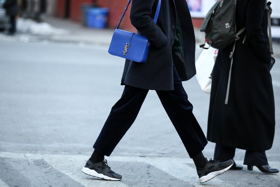 ACCESSORI COOL DALLO STREET STYLE: sneakers vintage e borsa a tracolla