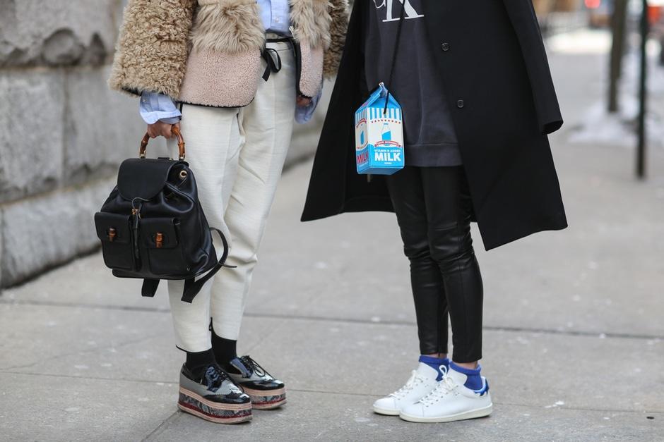 ACCESSORI COOL DALLO STREET STYLE: zainetto vintage, borsa funny, scarpe platform e sneakers bianche