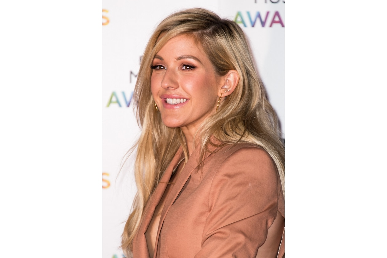 Ellie Goulding capelli: biondo cenere con effetto luce