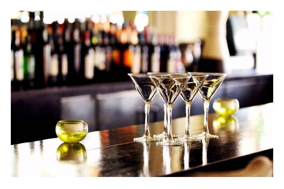 Parti da un dettaglio, ad esempio il cocktail che sta bevendo.