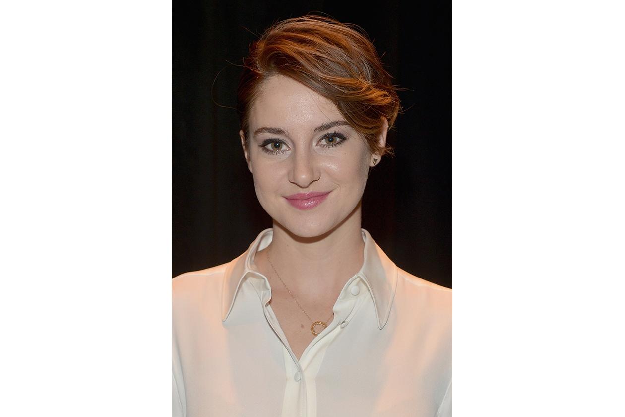 Shailene Woodley capelli: corti con ciuffo laterale mosso