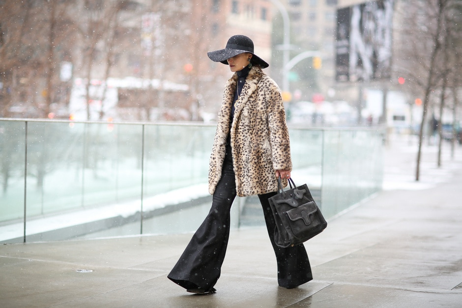 Street Style: pantaloni a zampa e faux fur animalier