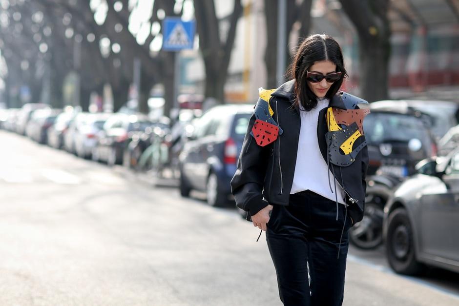 Street style: giacca con dettagli 3D e pantaloni in velluto