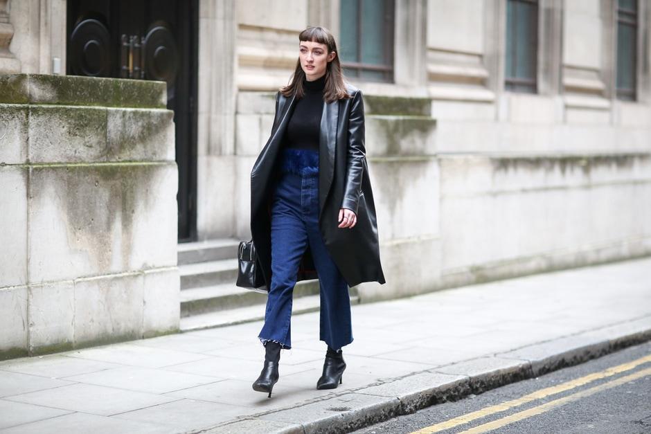 Street style: giacca in pelle e jeans con orlo a vivo