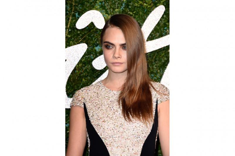 Cara Delevingne capelli: capelli di lato