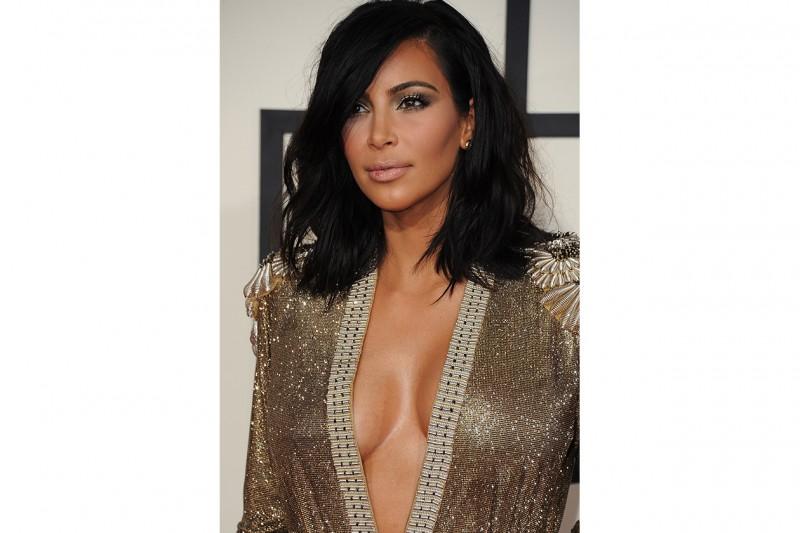 Kim Kardashian trucco: smokey eyes e ombretto oro