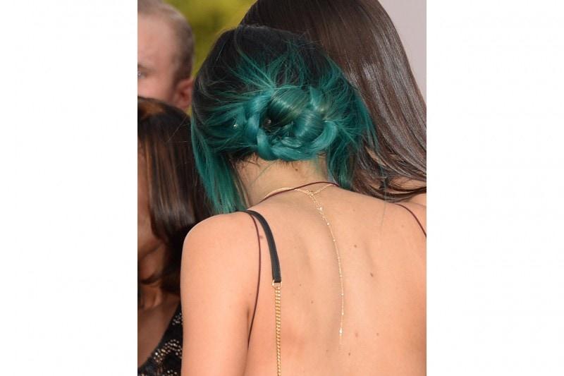 Kylie Jenner capelli: chignon intrecciato