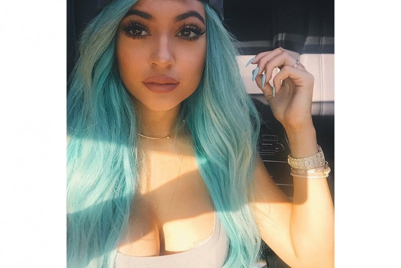 Kylie Jenner capelli: lunghi azzurri
