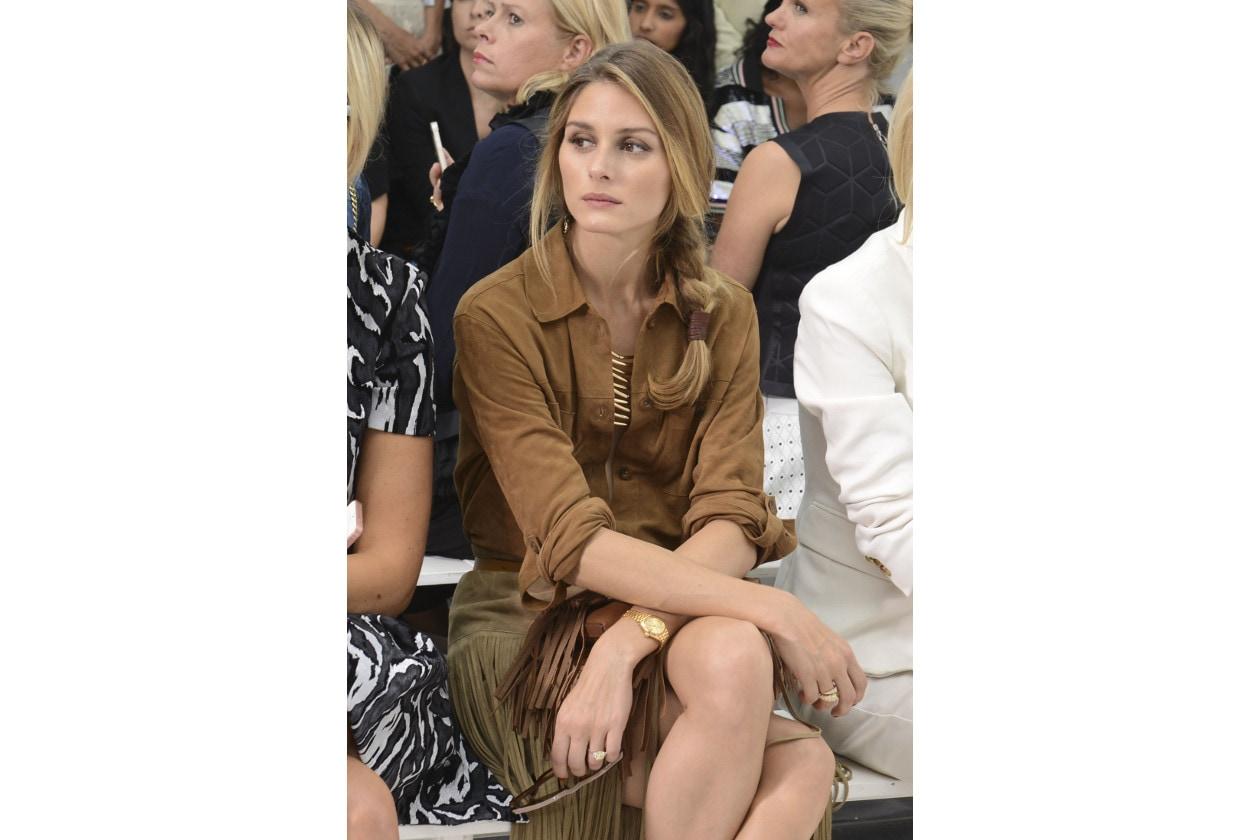 Olivia Palermo capelli: treccia laterale con elastico accessorio
