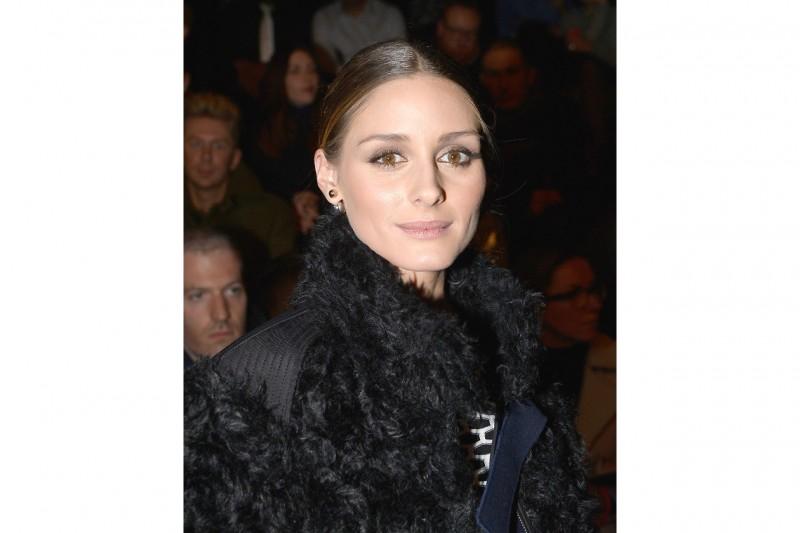Olivia Palermo trucco: smokey eyes borgogna e oro