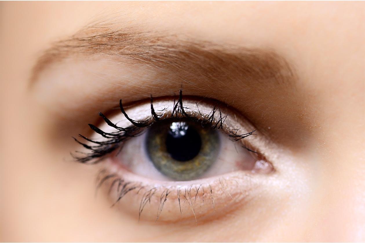 Trucco occhi pastello: bianco delicato con ombre taupe